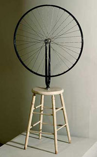 Велосипедное колесо на табуретке