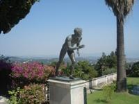 Статуя в летнем саду